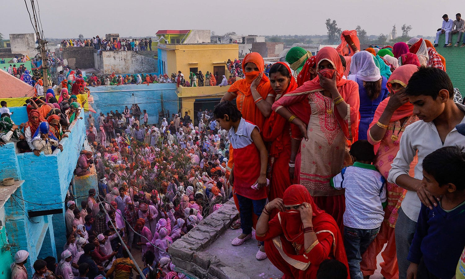 بھارت میں کوئی گلی یا محلہ ایسا نہیں ہوتا جہاں رنگوں کی برسات نہ ہو — فوٹو / اے ایف پی