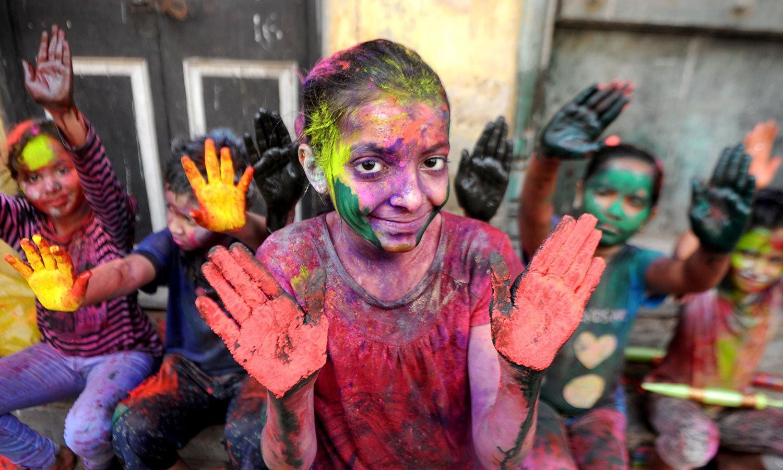 ہولی کا تہوار بچے بھی بھر پور  انداز سے مناتے ہیں — فوٹو/ اے ایف پی