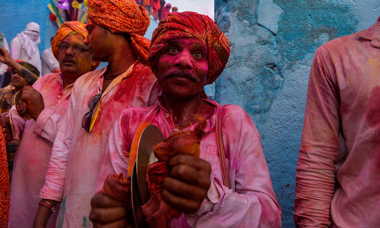تہوار سے ایک رات قبل ہندو برادری آگ جلا کر جشن کا آغاز کرتی ہے — فوٹو/اے ایف پی