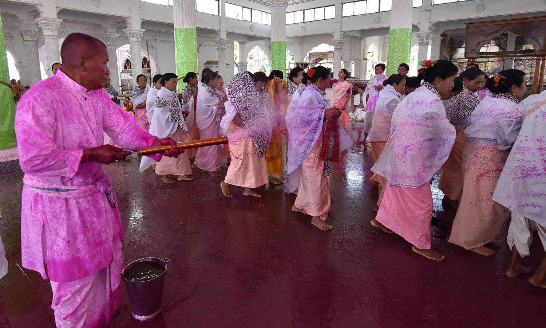 ہندو برادری کے ہر عمر کے افراد ہی اس میں بھر پور حصہ لیتے ہیں  — فوٹو/ اے ایف پی