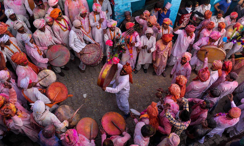 ہولی کے موقع پر گلی محلوں میں لوگ ڈھول کی تھاپ پر دیوانہ وار رقص بھی کرتے ہیں — فوٹو / اے ایف پی