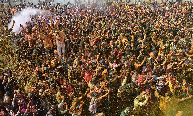محبت کا پیغام عام کرنے والے اس تہوار میں ہر عمر اور طبقے سے تعلق رکھنے والے افراد شریک ہوتے ہیں— فوٹو / اے ایف پی
