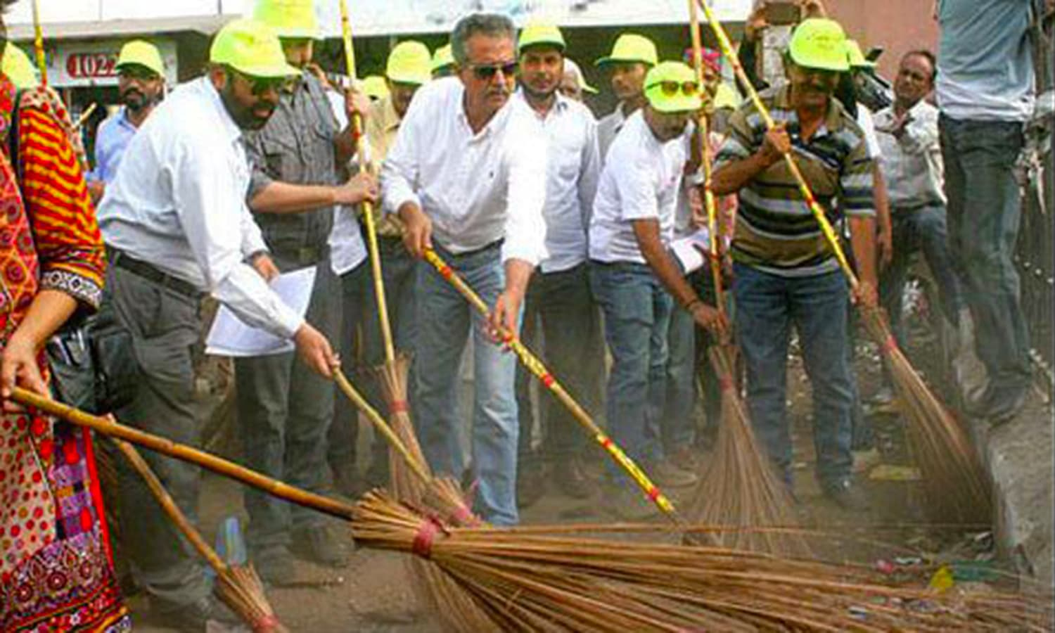 The mayor of Karachi, Wasim Akhtar, during MQM's 'Clean Karachi' campaign. (Photo: The Pakistan Herald)