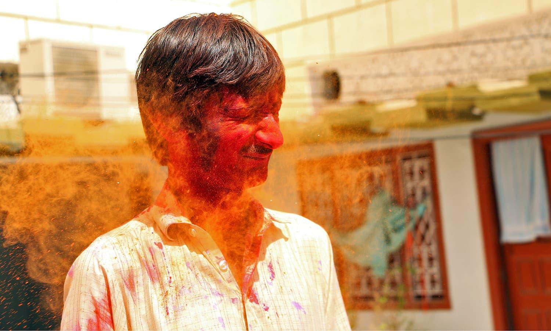 شیوارام پر کچھ زیادہ ہی رنگ پھینکے گئے — تصویر منوج گینانی