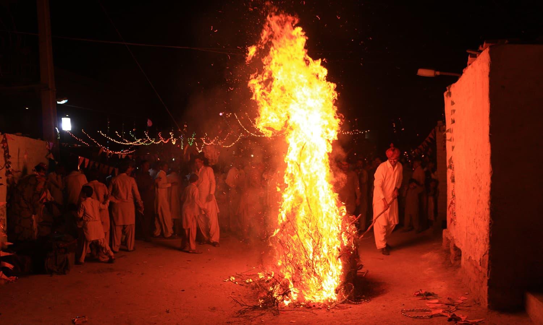 ہولی کے موقعے پر جلائے جانے والی آگ برائی پر اچھائی کی فتح کو ظاہر کرتی ہے — تصویر منوج گینانی