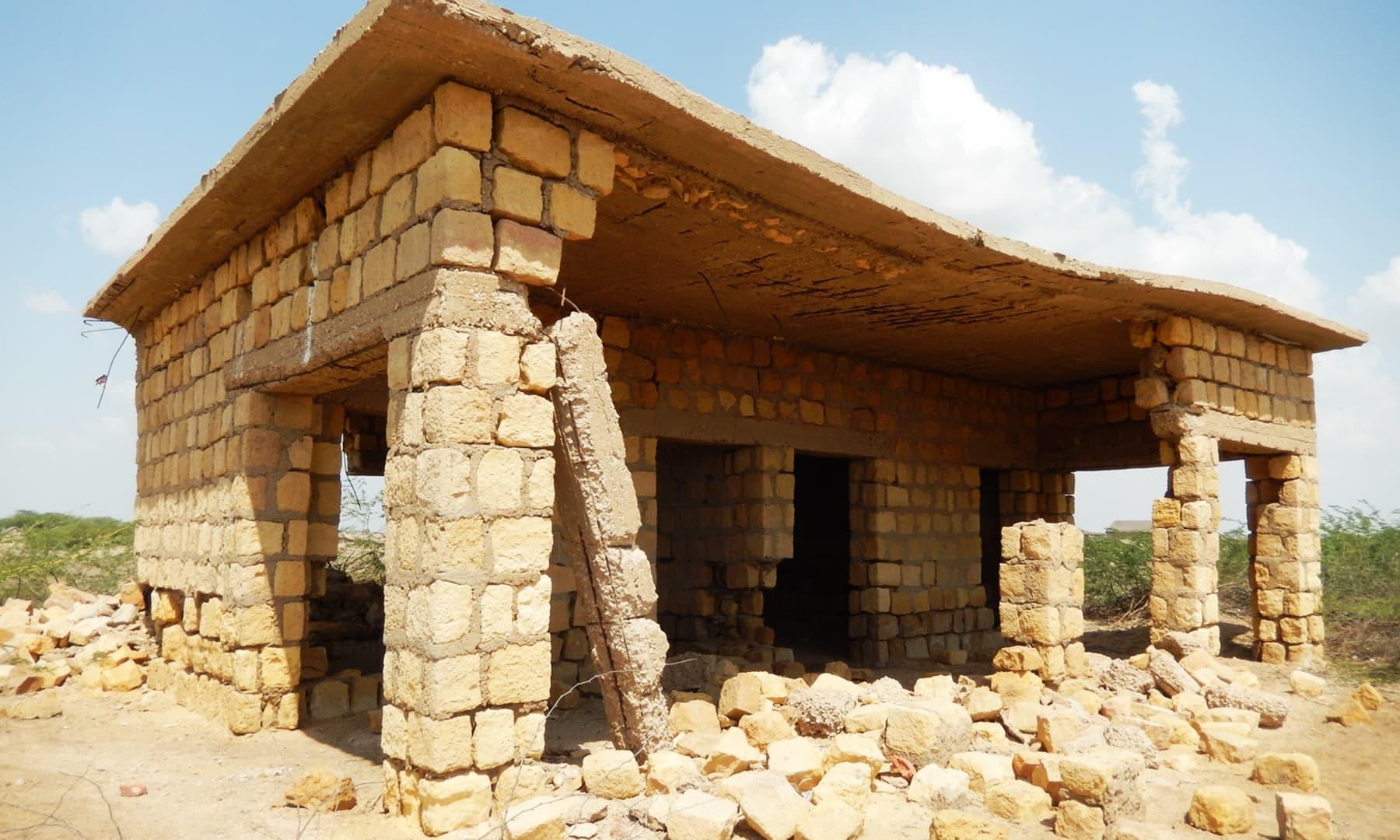 گاؤں جڑیو تھہیمور کے اسکول کی عمارت — تصویر ابوبکر شیخ