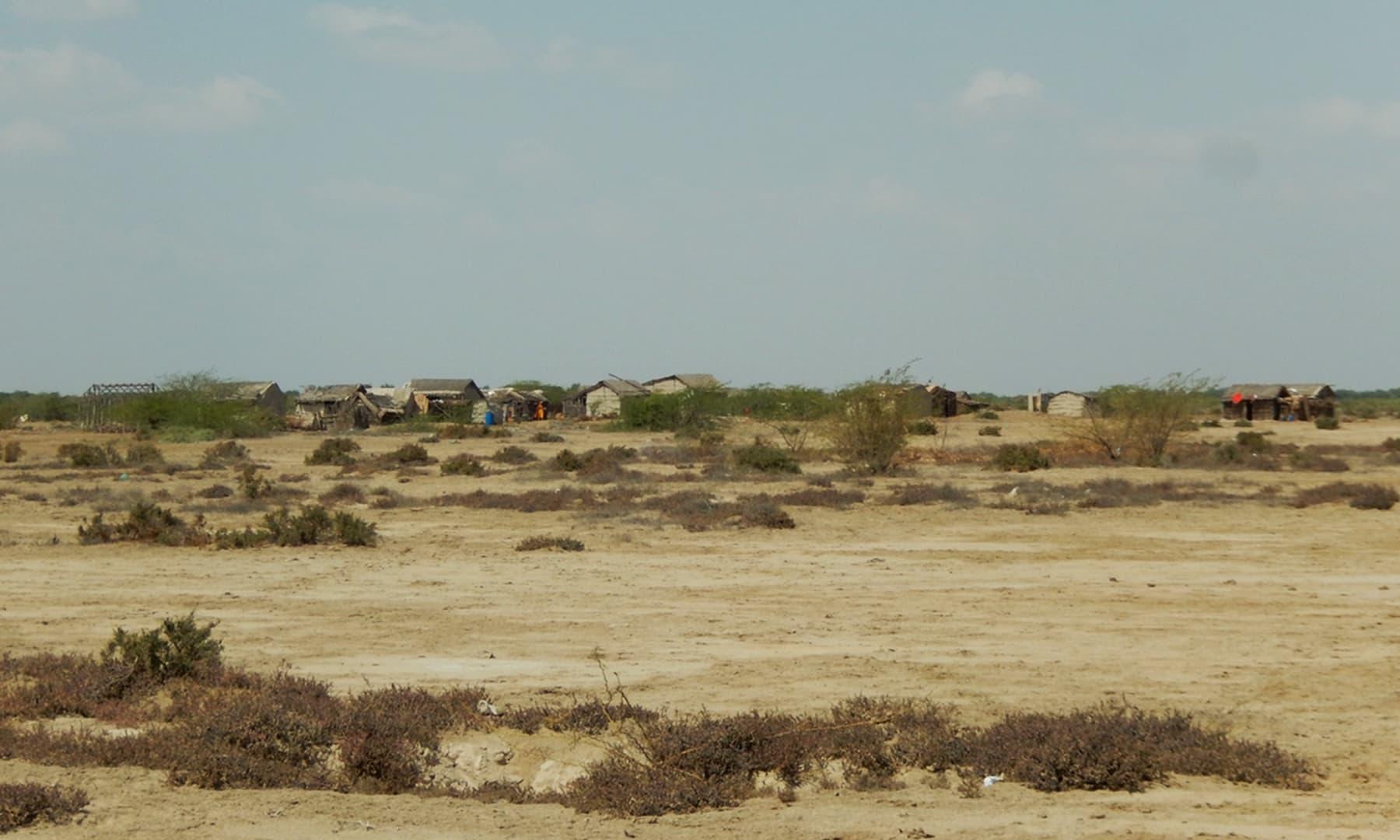 جاتی سے کچھ فاصلے پر واقع ایک اور گاؤں — تصویر ابوبکر شیخ