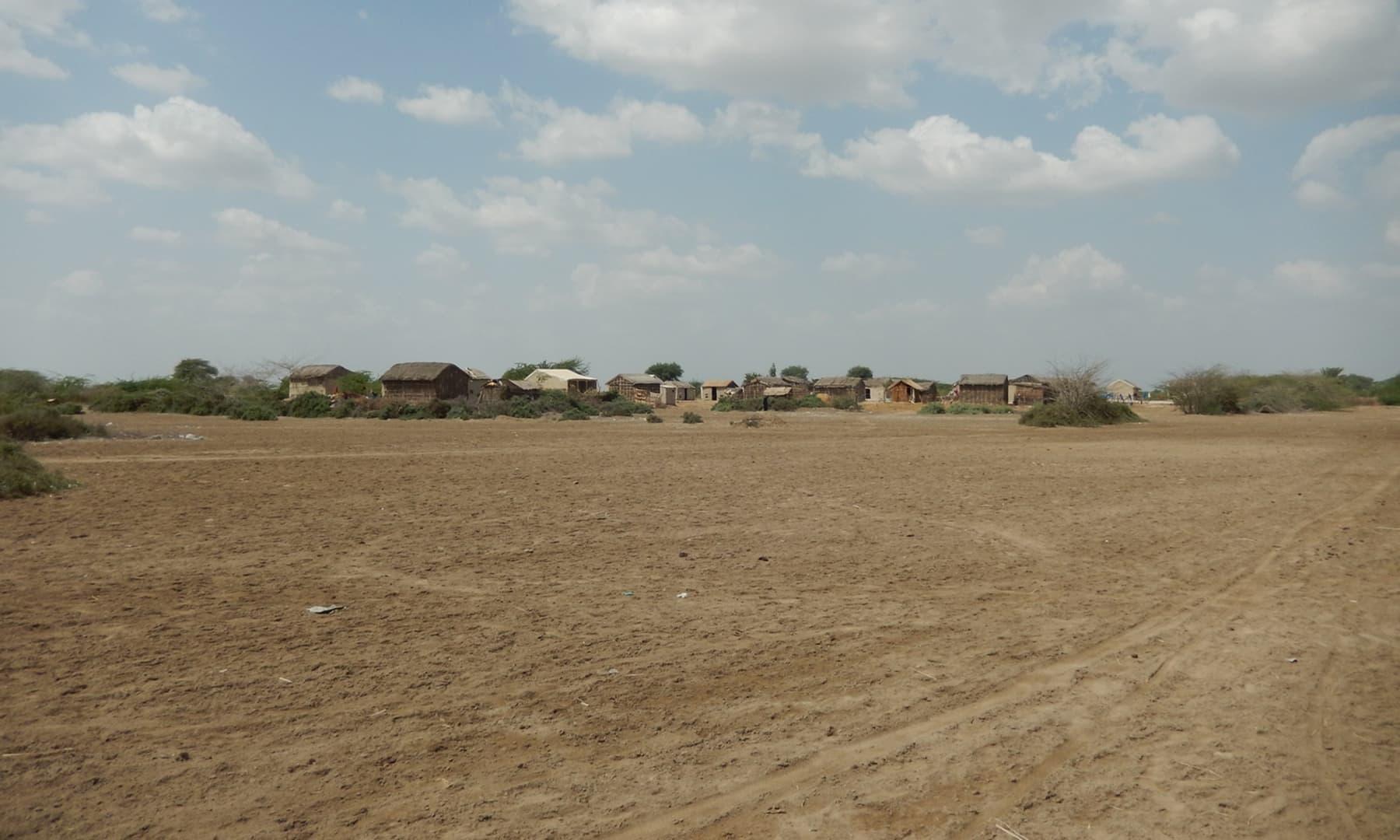 گاؤں جڑیو کے دور دور تک نمکین ویرانیاں بستی ہیں — تصویر ابوبکر شیخ