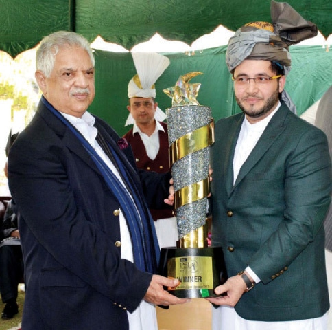 Javed Afridi presents the PSL winner's trophy to KP Governor Iqbal Zafar Jhagra in Peshawar on Sunday. —APP