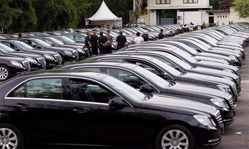انڈونیشین جزیرے بالی میں لیموزین گاڑیاں سعودی فرمانروا کی منتظر — رائٹرز فوٹو