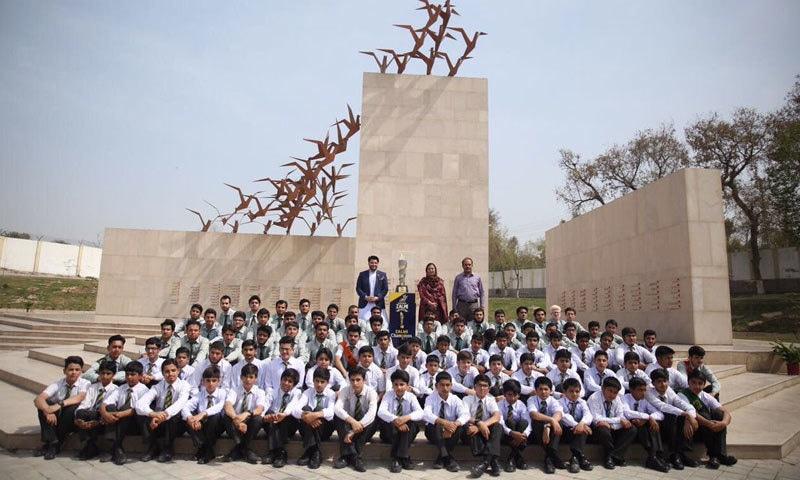 جاوید آفریدی نے اے پی ایس کے بچوں کے ساتھ ٹرافی کی تصاویر جاری کیں—فوٹو:جاوید آفریدی ٹویٹر
