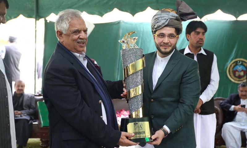 گورنر کے پی اقبال ظفر جھگڑز نے پشاورزلمی کی ٹیم کو مبارک باد دی—فوٹو:جاوید آفریدی ٹویٹر