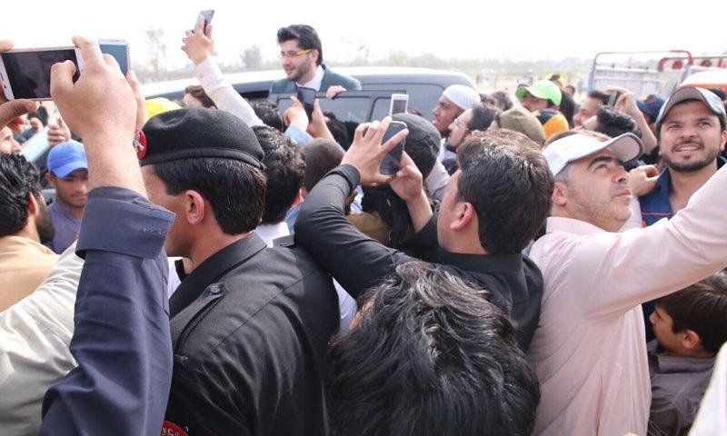 پشاور کے عوام نے ٹرافی اور جاوید آفریدی کا بھرپور استقبال کیا—فوٹو:جاوید آفریدی