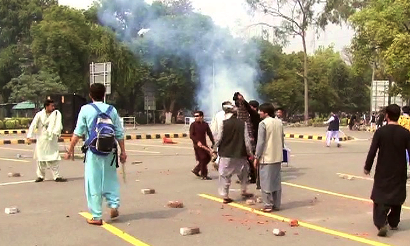 Police reached the campus and used tear gas to disperse the violent crowd.  —DawnNews screengrab