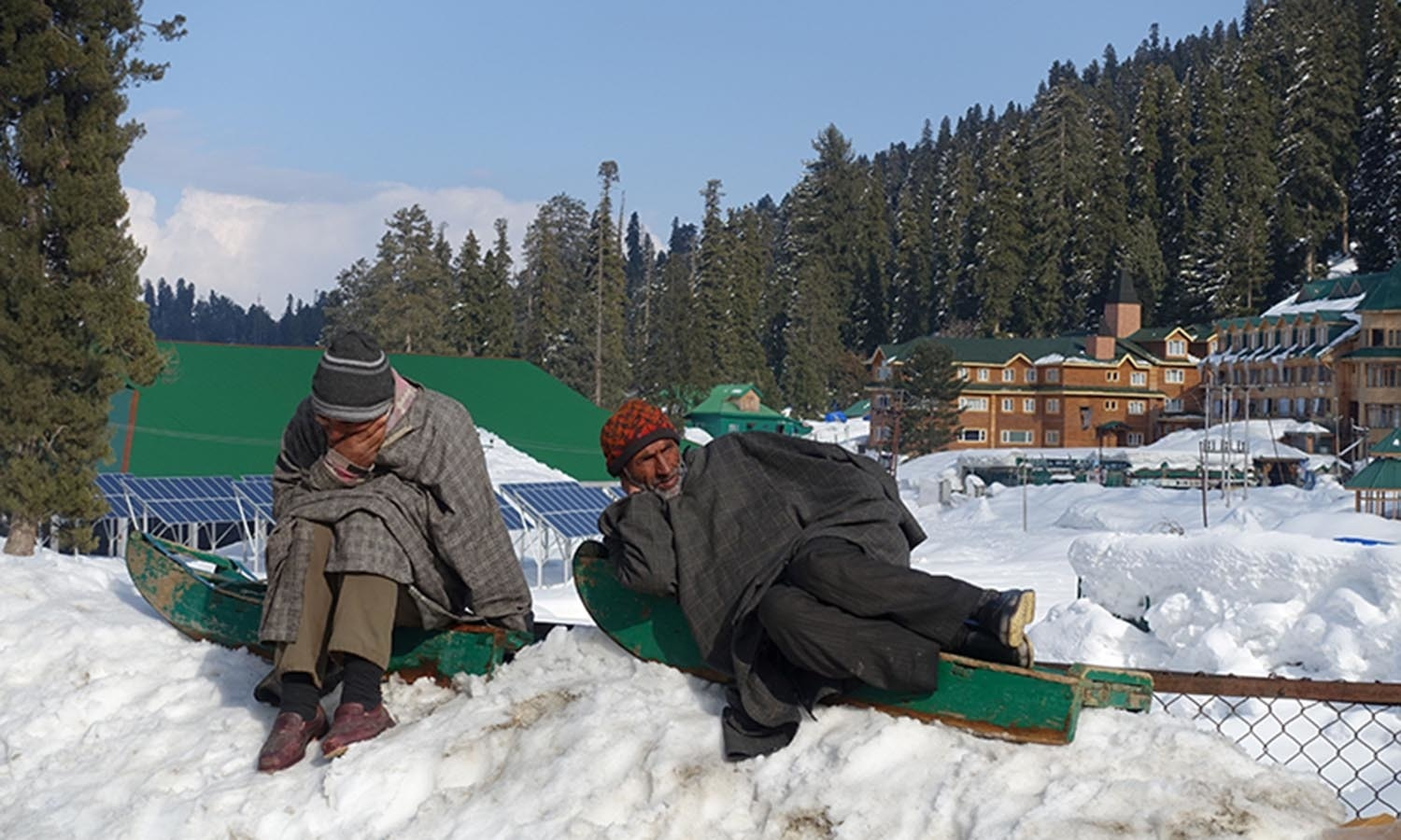 Kashmiris wait for the arrival of tourists at Gulmarg in Indian-administered Kashmir.─AFP