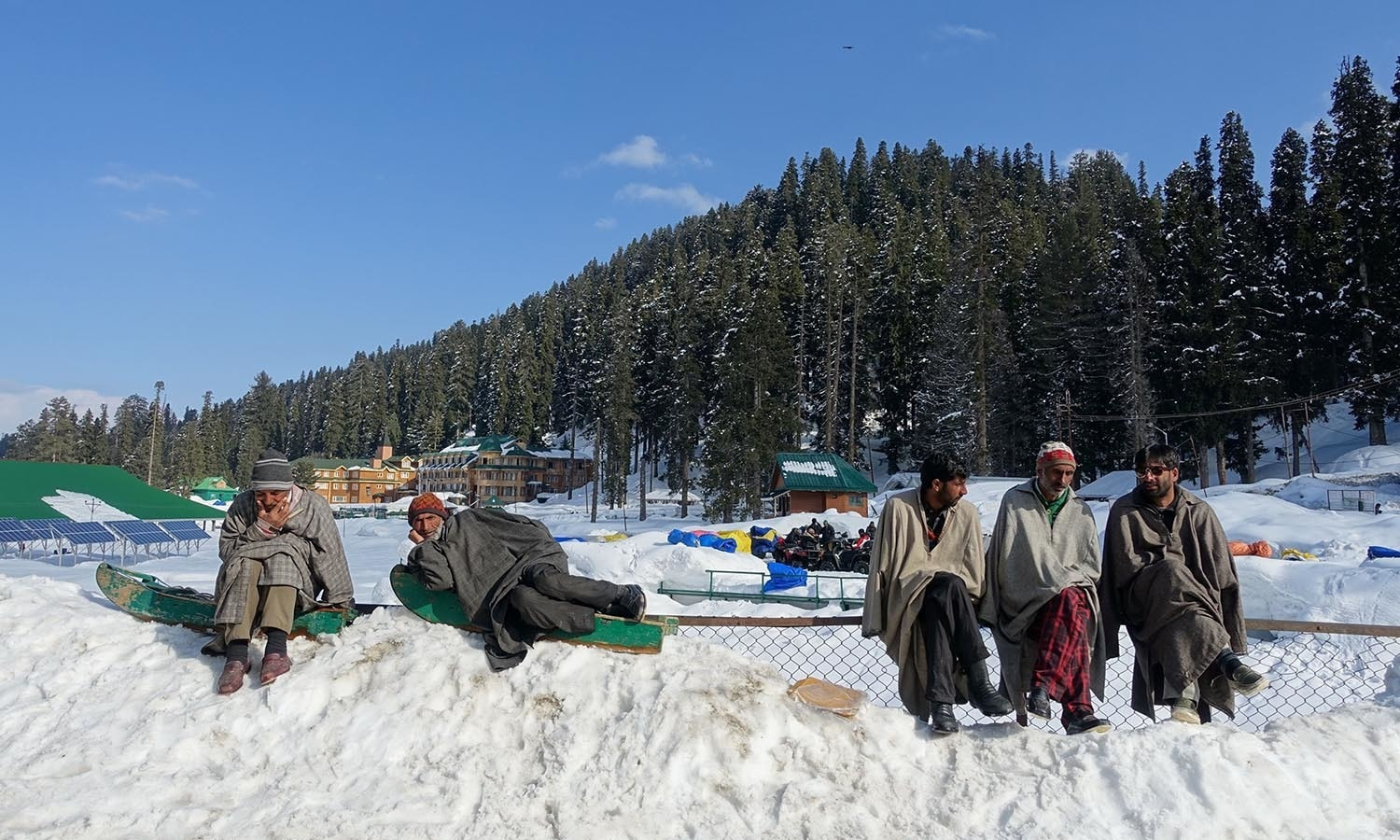 Kashmiris wait for the arrival of tourists at Gulmarg in India-held Kashmir.─AFP