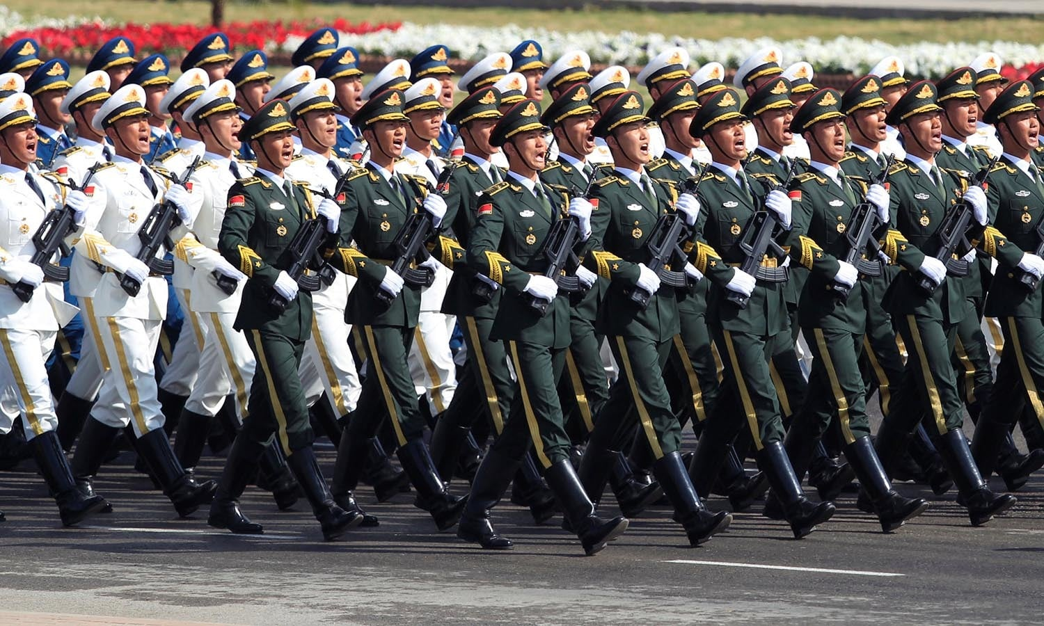 Chinese troops march as they take part in Pakistan Day military parade.─AFP