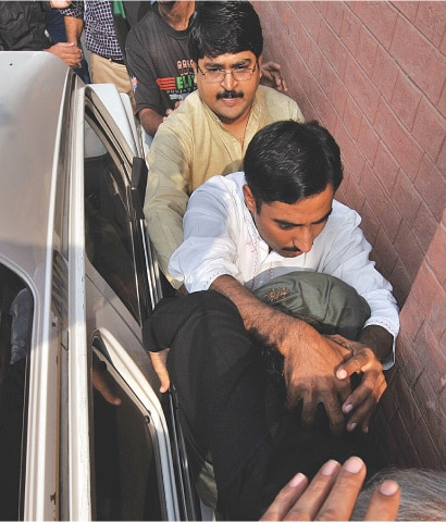 Javed Khanani being brought to a local court