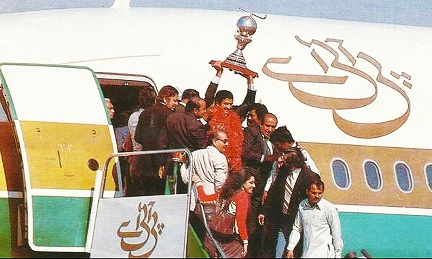 1982: The Pakistan hockey team brings home its third (and second consecutive) world cup. -- Photo: Akhbar-e-Watan