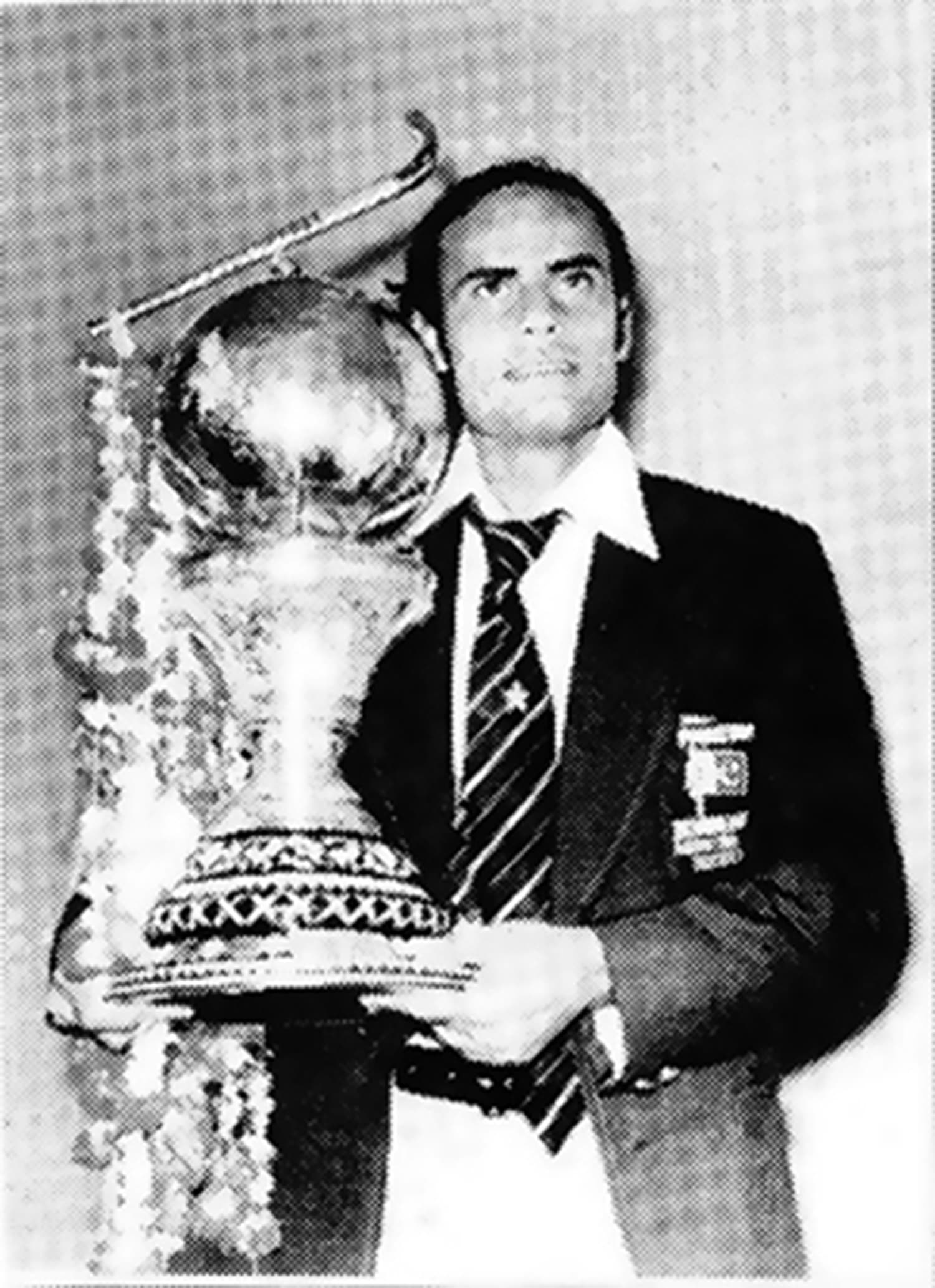 Pakistan hockey captain Islauddin with the 1978 Hockey World Cup. -- Photo: Akhbar-e-Watan