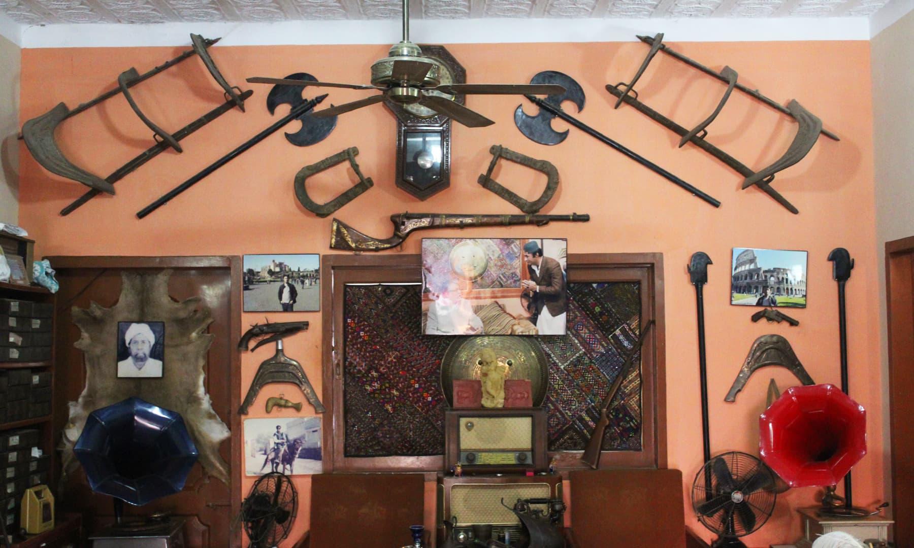 دیوار پر آویزاں حر تحریک میں استعمال ہونے والی ایک بندوق — تصویر اختر حفیظ