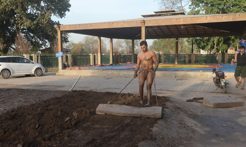 Preparing the clay-pit, also known as the 'akhara' | Tariq Mahmood /White Star
