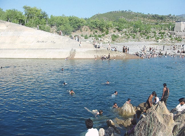 Picnickers swimming in Khanpur Dam | Tanveer Shehzad/White Star and Mohammed Niaz