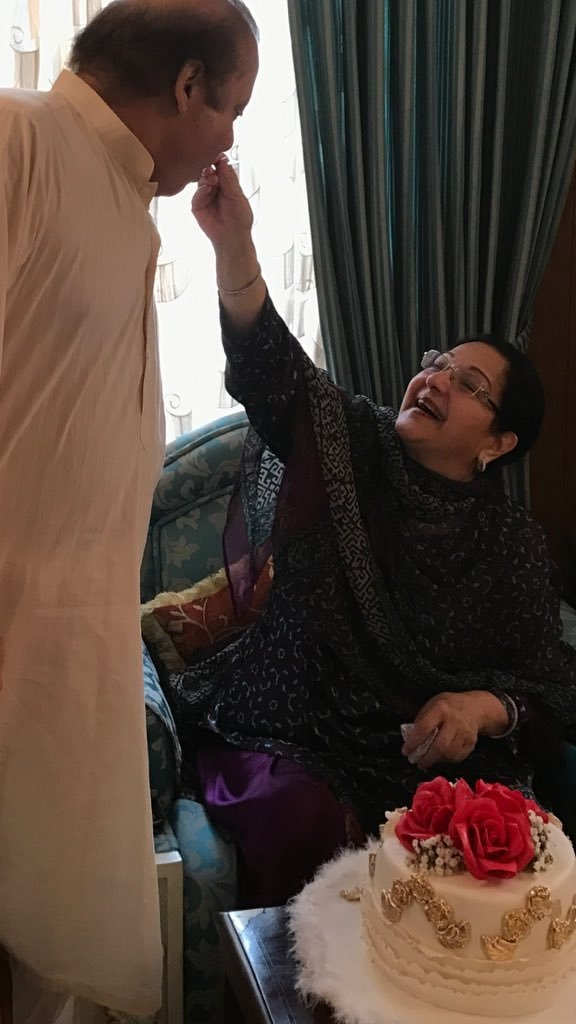 Kulsoom Nawaz feeds Prime Minister Nawaz Sharif cake on his birthday in Dec 2016. ─ Photo courtesy: Maryam Nawaz official Twitter