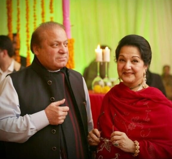 Kulsoom Nawaz poses for a photo alongside Nawaz Sharif. ─ Photo courtesy Maryam Nawaz official Twitter