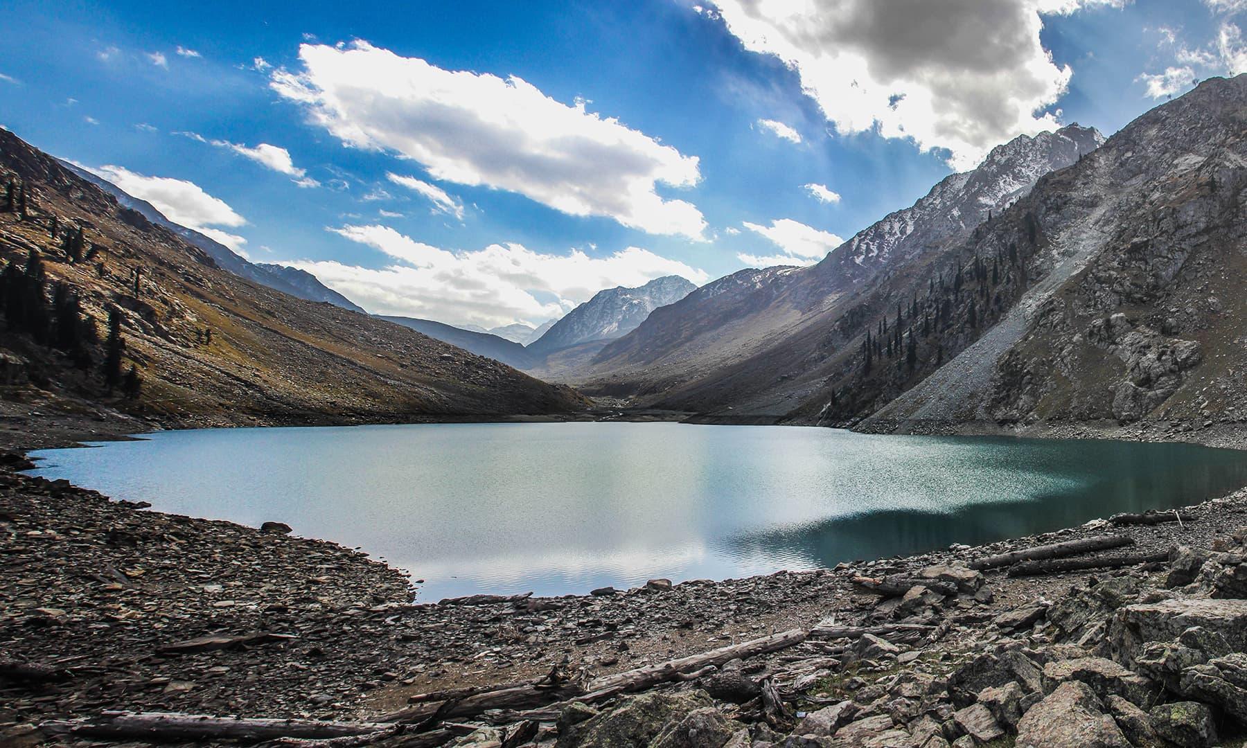 کنڈول جھیل پر پڑنے والی پہلی نظر—تصویر امجد علی سحاب