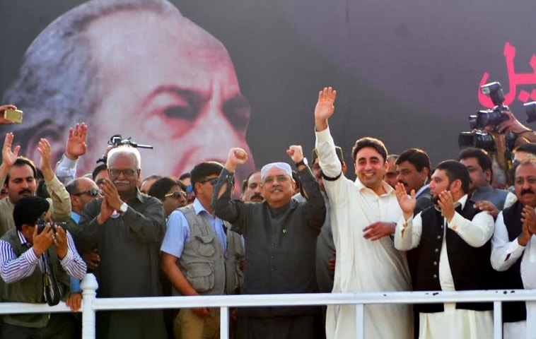 آصف علی زرداری کا نعرہ 'پاکستان کھپے' خوب مشہور ہوا تھا—فائل فوٹو: ڈان