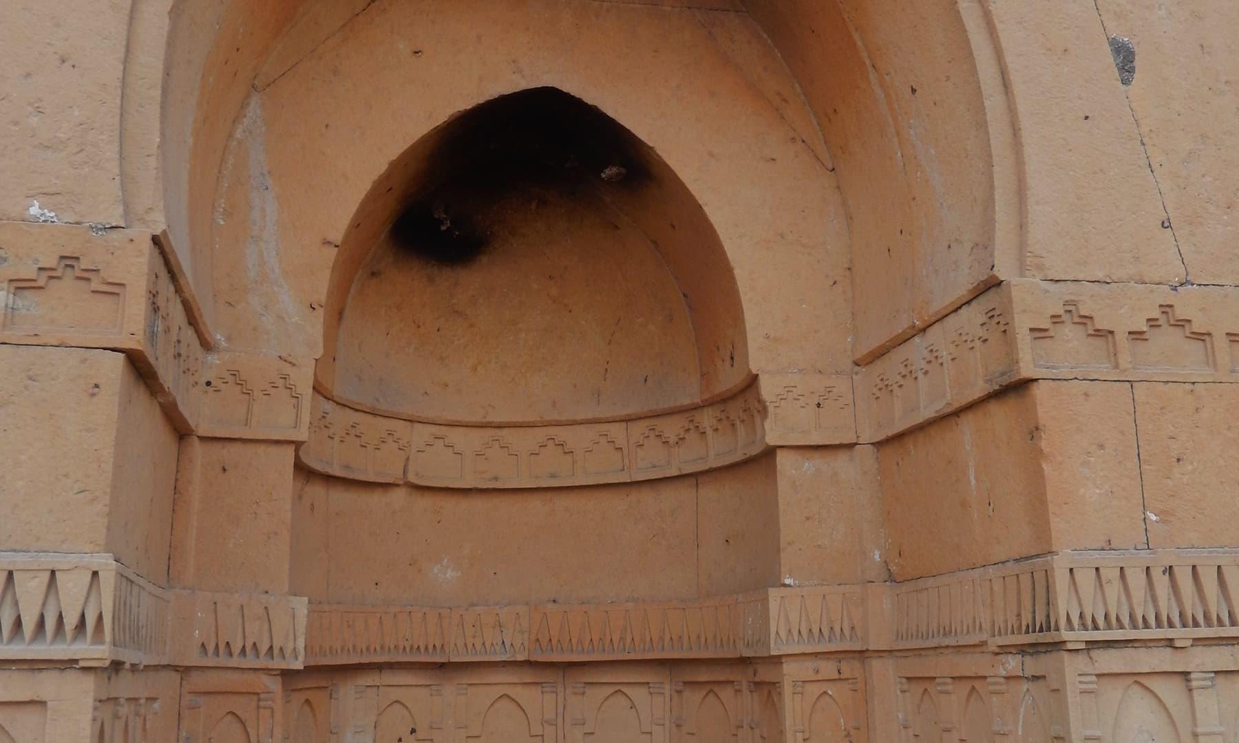 مقبرے کی چاردیواری میں موجود محرابوں پر عمدہ سنگ تراشی — تصویر ابوبکر شیخ