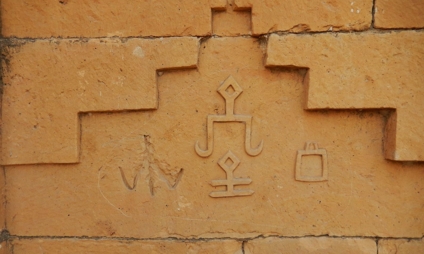 محراب کے شمال کی طرف والی دیوار پر کچھ عجیب قسم کے نشانات تراشے گئے ہیں— تصویر ابوبکر شیخ