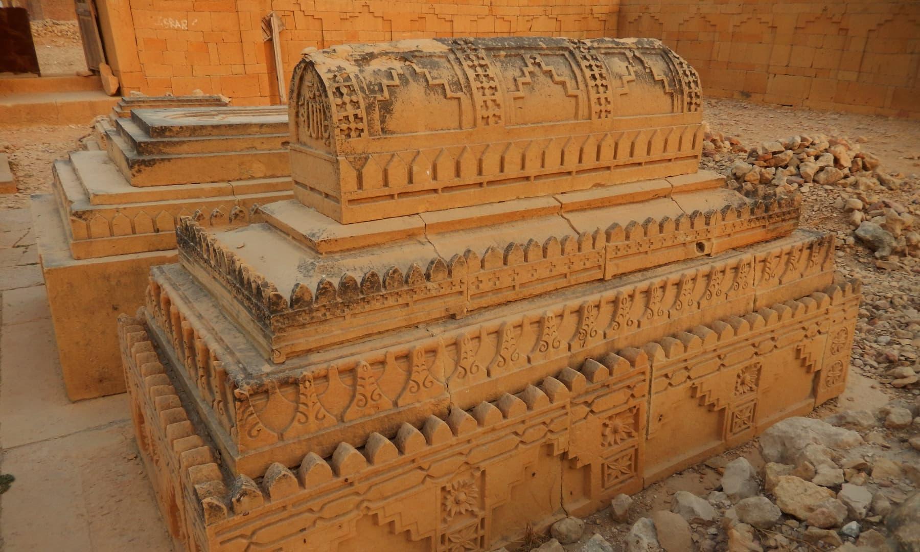 مقبرے کی چاردیواری کے اندر موجود قبروں کے بارے میں چند مؤرخین کا ماننا ہے کہ ان کا تعلق شاہی خاندان سے ہے— تصویر ابوبکر شیخ