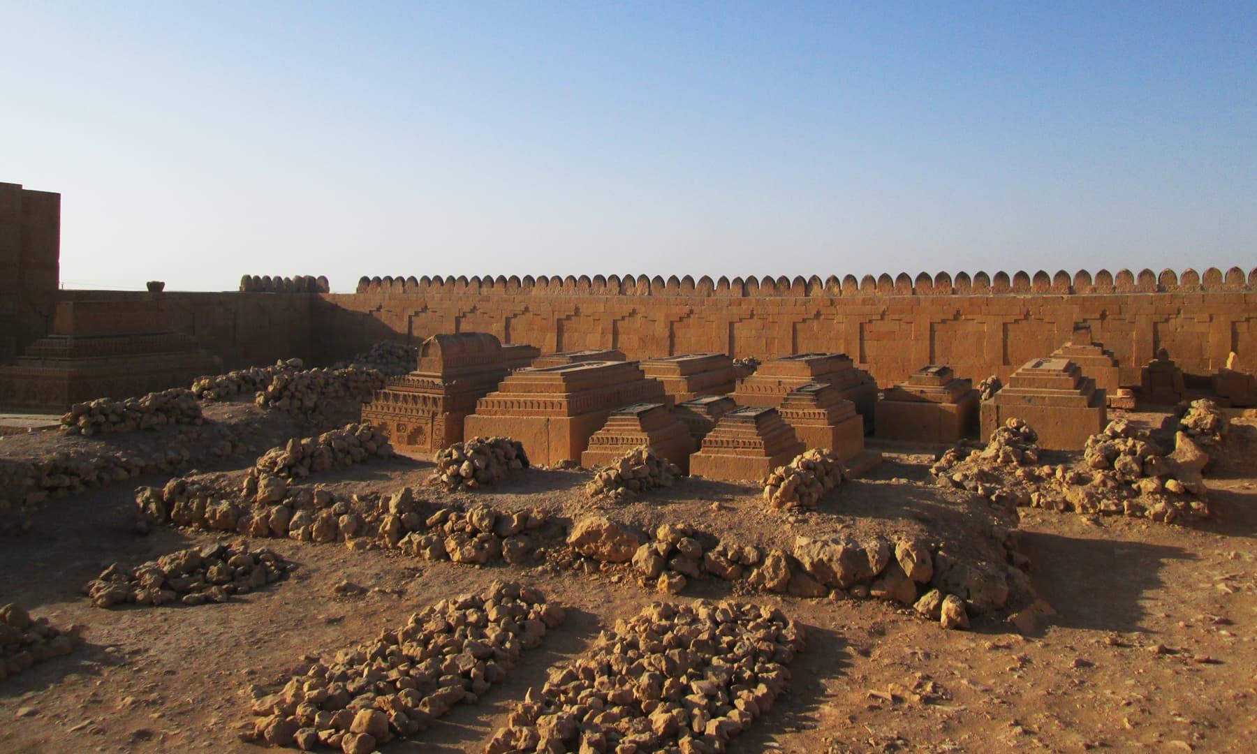مقبرے کی چاردیواری کے اندر موجود دیگر قبریں — تصویر ابوبکر شیخ