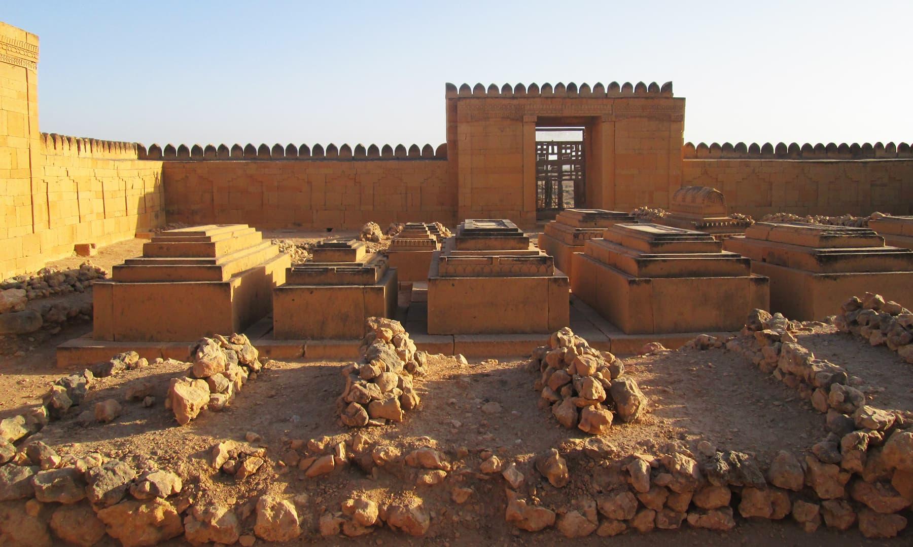 مقبرے کی چار دیواری کے اندر موجود دیگر قبریں— تصویر ابوبکر شیخ