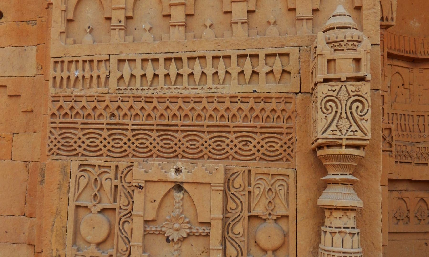 مقبرے کی چار دیواری میں سنگ تراشی— تصویر ابوبکر شیخ