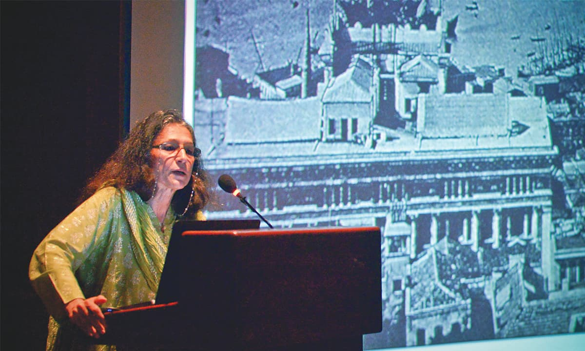 Historian Ayesha Jalal delivering a lecture at the AKU auditorium | Photo by Fahim Siddique, White Star