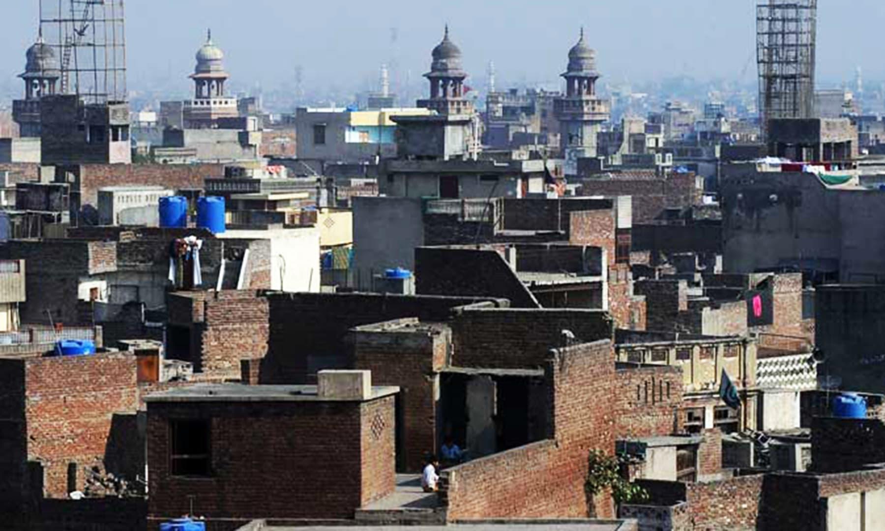 شہر لاہور کا ایک پرانہ محلہ — تصویر عارف علی/ اے ایف پی