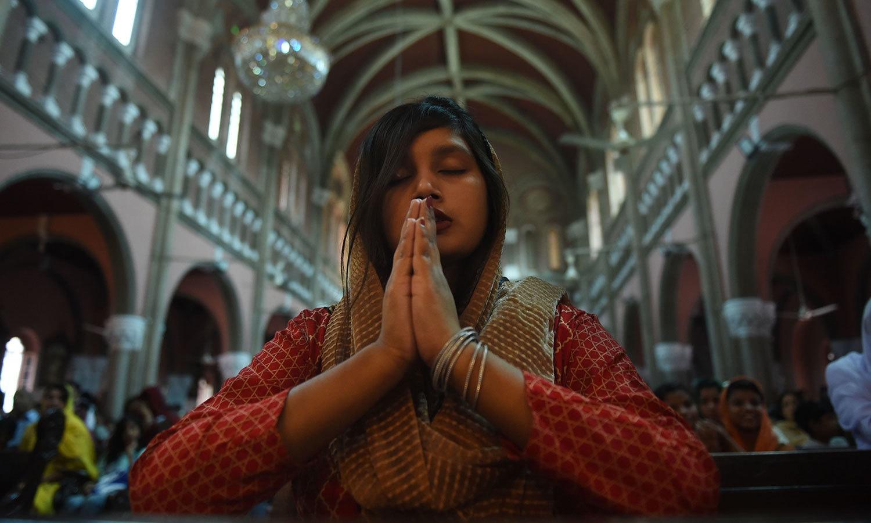 اسکیئرڈ ہرٹ کیتھڈرل چرچ لاہور میں لڑکی عبادت کرتے ہوئے—فوٹو: اے ایف پی