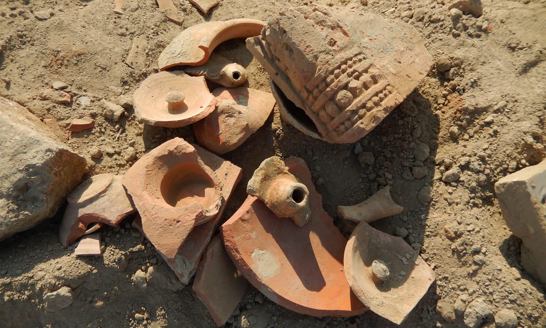 سائٹ پر کی گئی مقامی لوگوں کی کھدائی اور اس میں ملنے والے نوادرات — تصویر ابوبکر شیخ