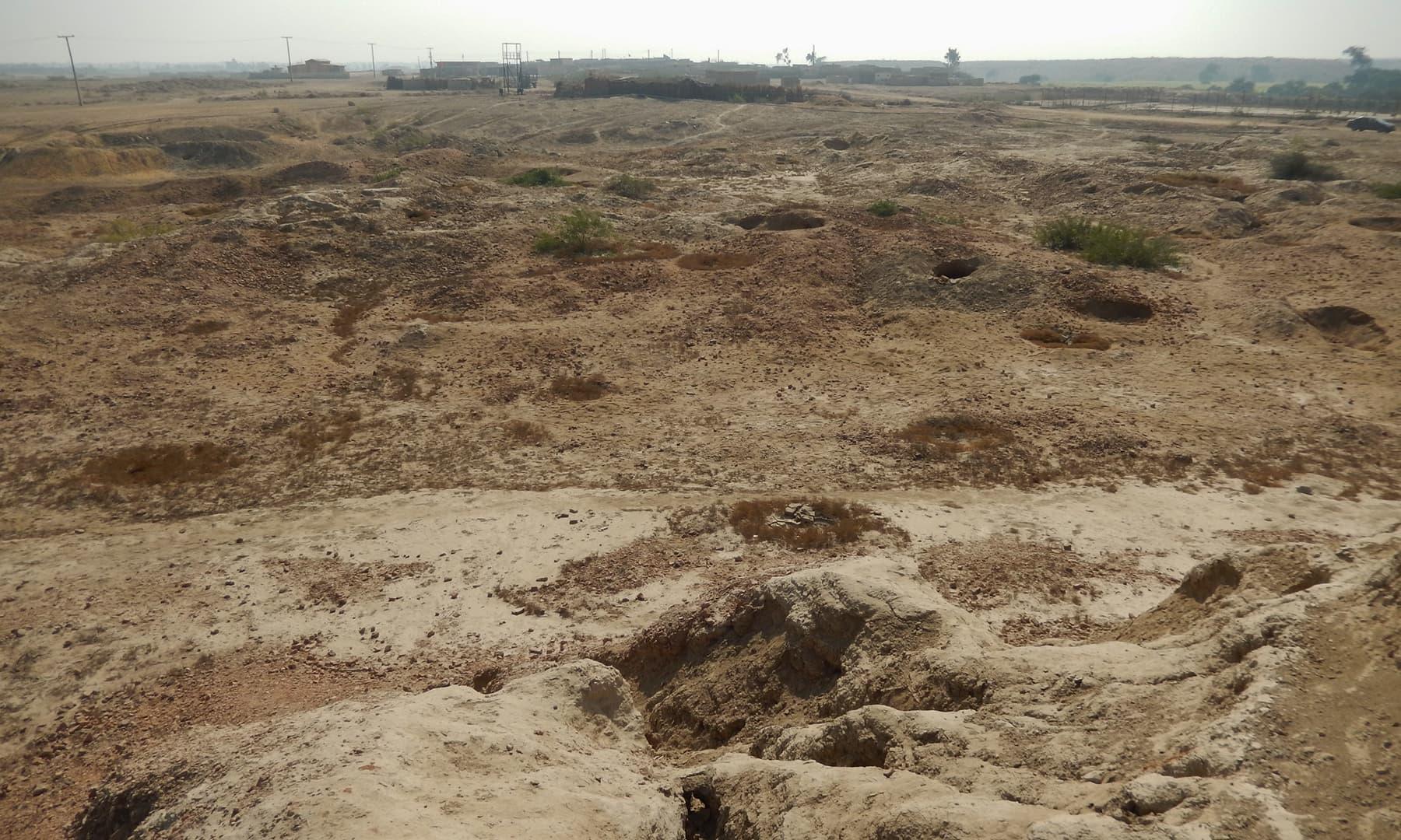 بدھ اسٹوپا کی آثار قدیمہ سائٹ پر تعمیر کیے گئے گھر— تصویر ابوبکر شیخ
