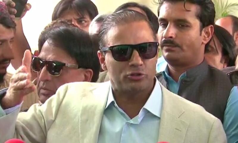 عابد شیر علی میڈیا سے گفتگو کرتے ہوئے—فوٹو: ڈان نیوز