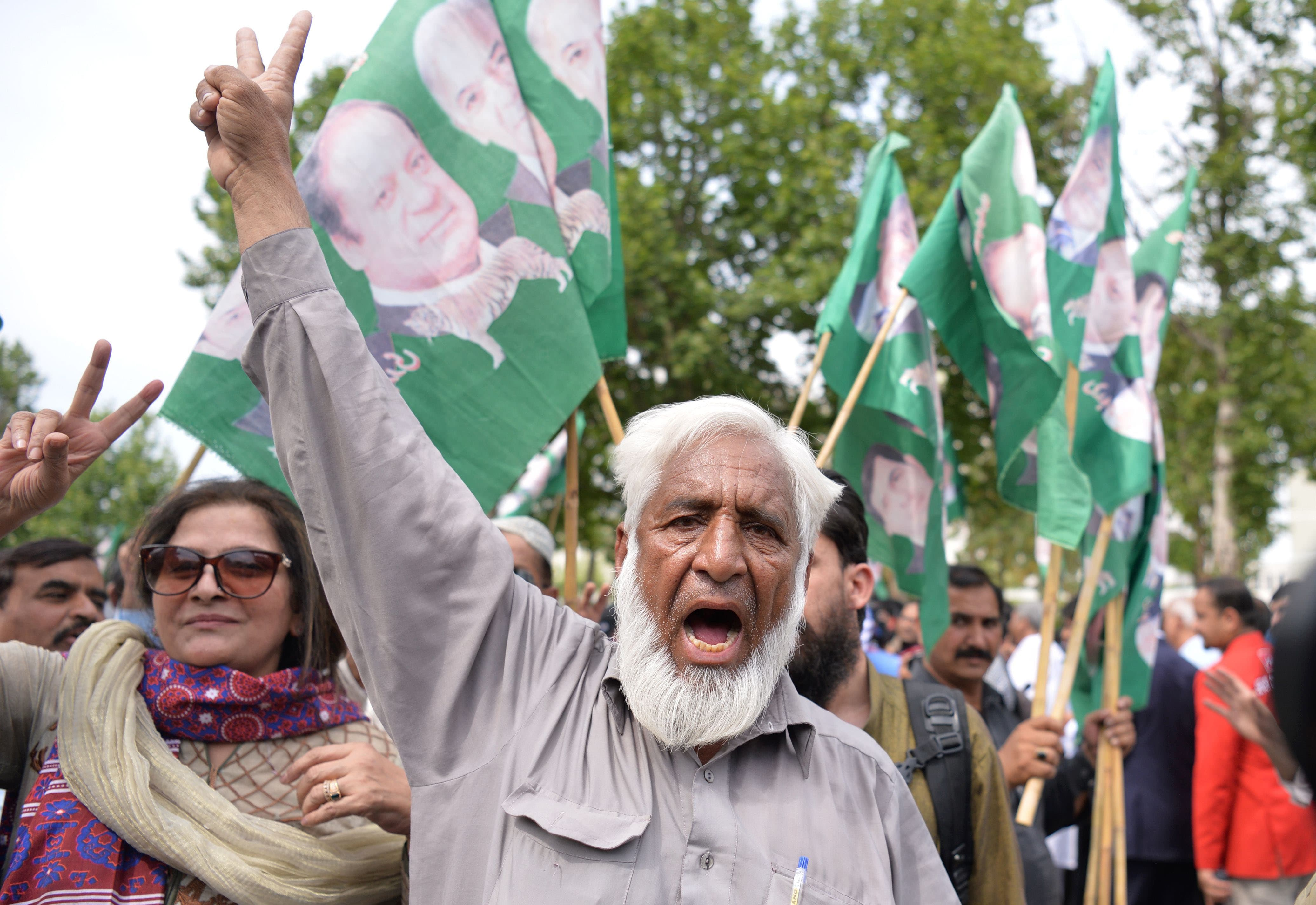 PML-N supporters celebrate after a Supreme Court verdict on the Panama Papers. ─AFP