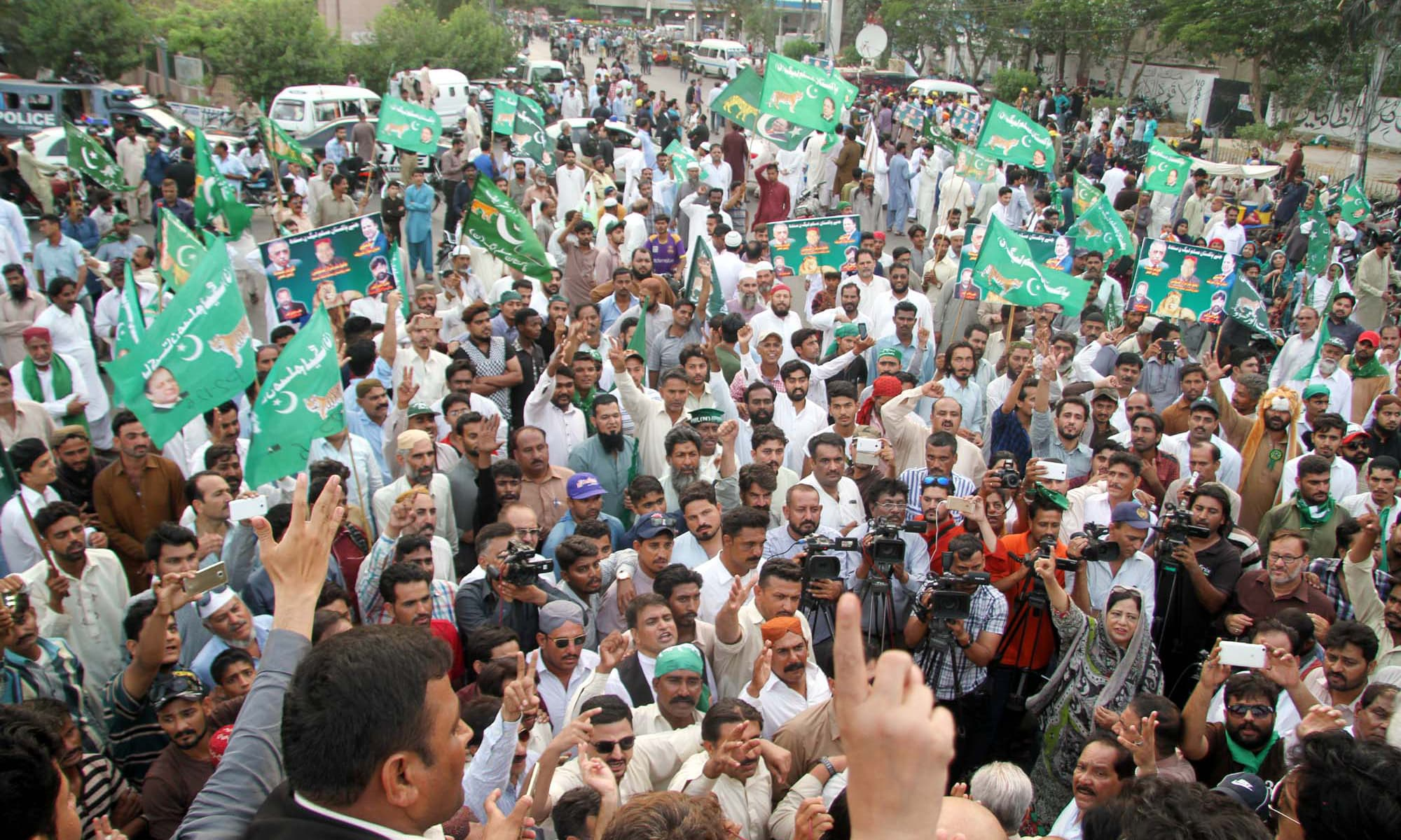 PML-N activists take out rally in Karachi in support of PM Nawaz Sharif