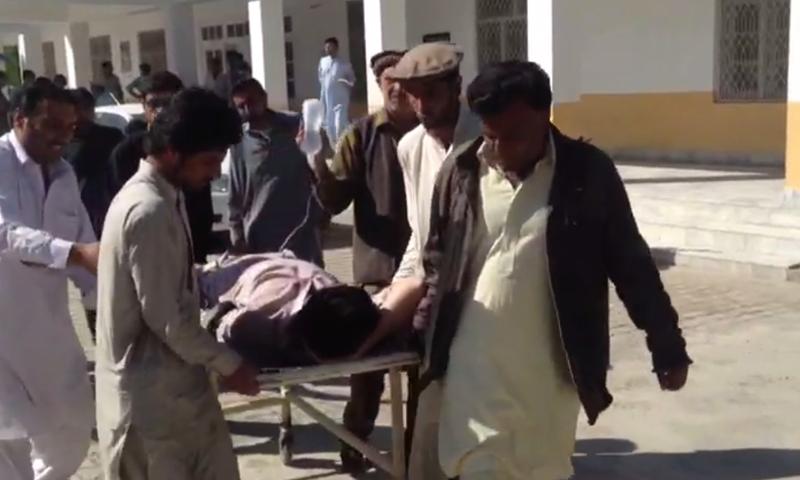 زخمیوں کو ہسپتال منتقل کیا جارہا ہے—۔فوٹو/ ڈان نیوز