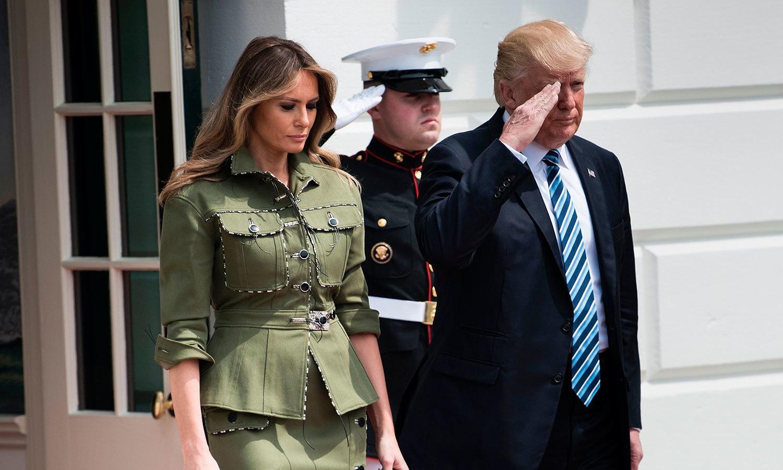 صدر ٹرمپ اپنی اہلیہ میلانیا ٹرمپ کے ساتھ — فوٹو: رائٹرز