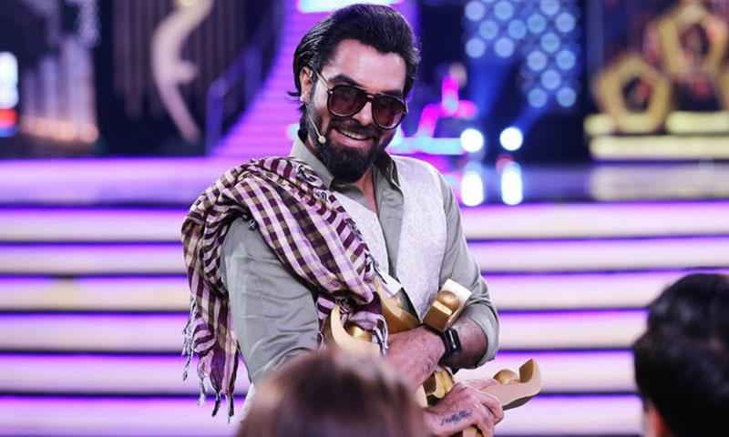 ہم ایوارڈز شو کے آغاز میں یاسر حسین پٹھان پھل فروش کے بھیس میں اسٹیج پر آئے—۔فوٹو/ بشکریہ ایم حارث عثمانی اور احسن قریشی