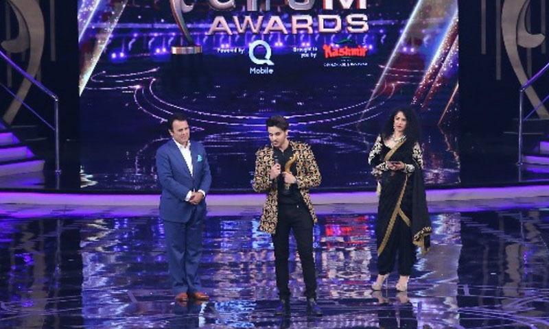 ہم ایوارڈز شو کا وہ لمحہ جب احسن خان ایوارڈ وصول کرنے اسٹیج پر آئے—۔
