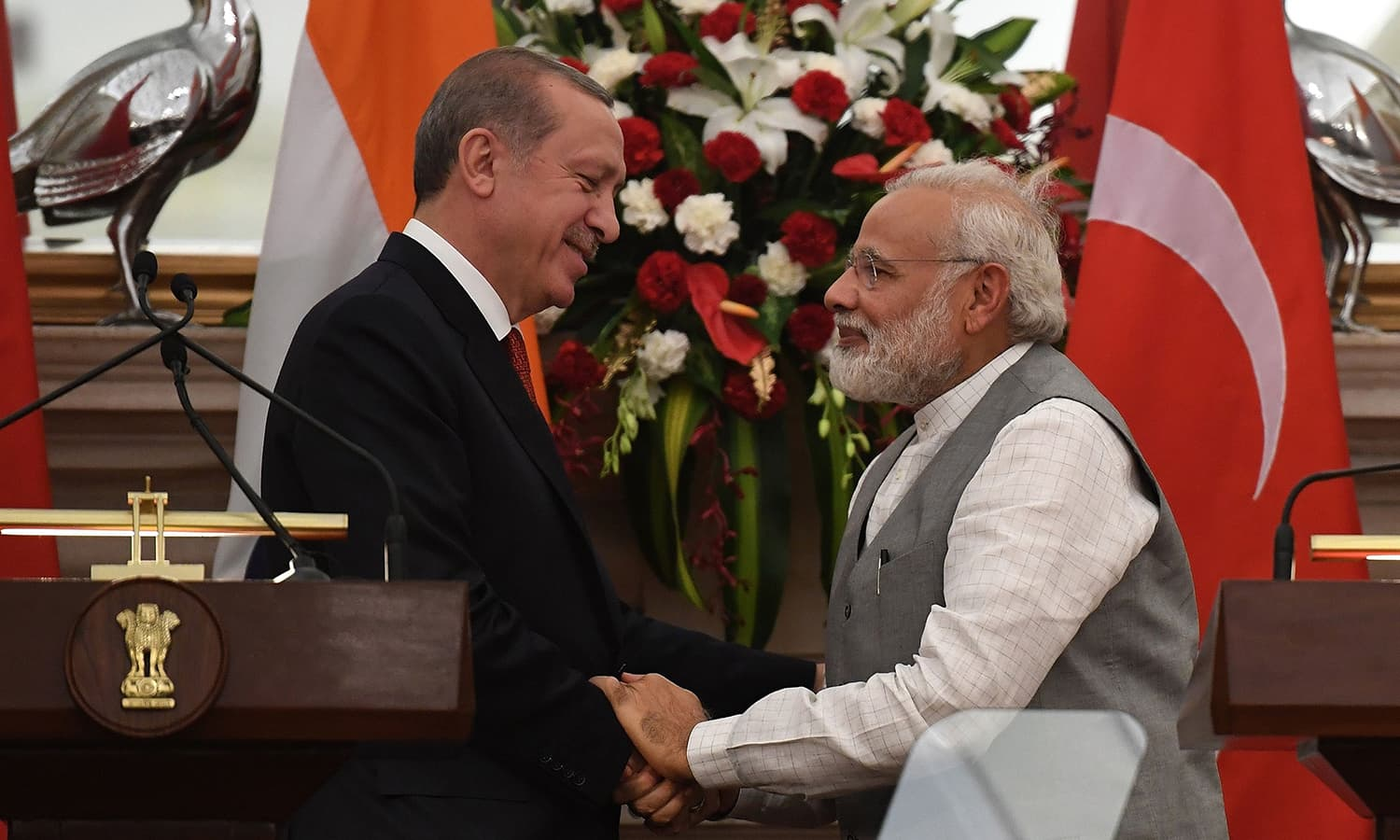 Turkish President Recep Tayyip Erdogan (L) and Indian Prime Minister Narendra Modi greet each other after an exchange of agreements during a joint press conference in New Delhi on May 1. ─ AFP
